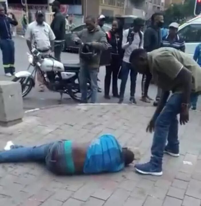 Man killed whilst people watched and take pictures